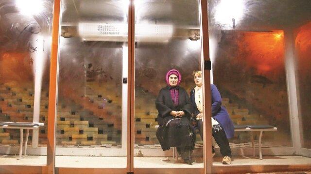 Erdoğan ve Soylu, Gümüşhane Belediyesi tarafından, kurulan klimalı otobüs durağında bir süre dinlendi.