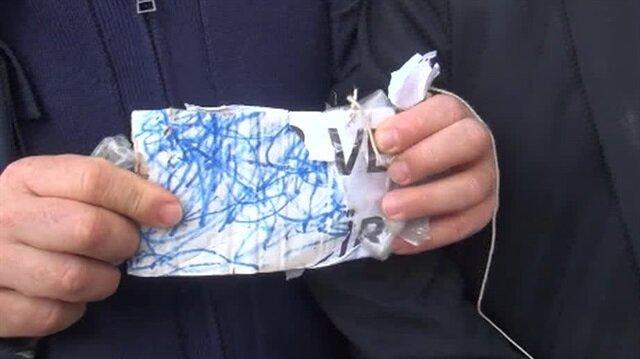 Zabıtalara görünce boynuna astığı kağıdı yırttı