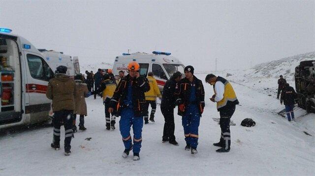 Karlı yolda kayan otobüs yan yattı: 18 yaralı