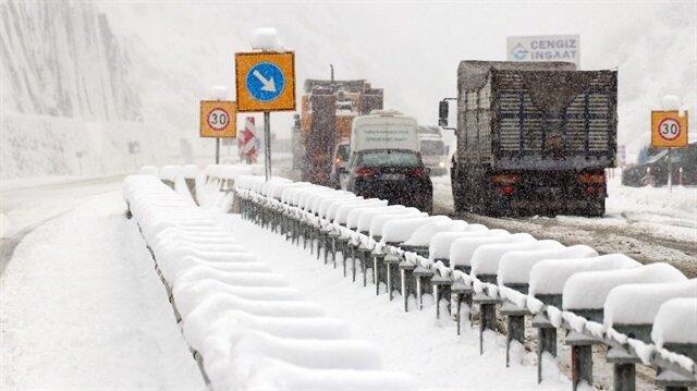 Zigana Dağı Geçidi'nde kar yağışı ulaşımı olumsuz etkiliyor.