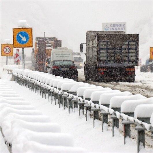 Yoğun kardan araçlar yol kenarına park etti