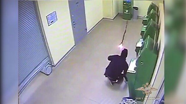 Beceriksiz ATM hırsızının komik halleri kamerada