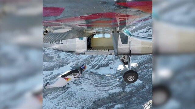Dağın zirvesinden paraşüt açmadan uçağın içine atladılar!