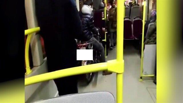 Belediye otobüsüne motosikletiyle binen yolcu