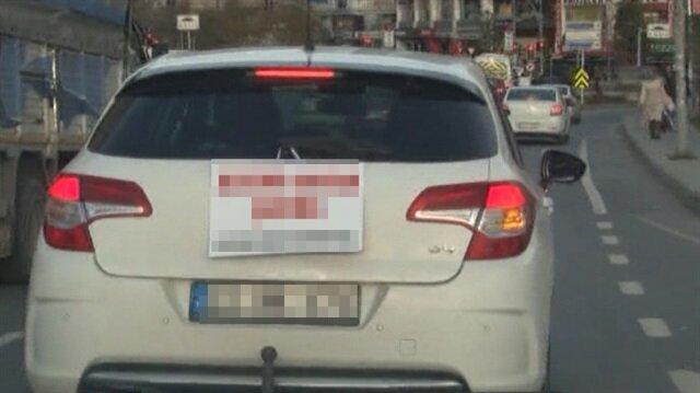 Kadın sürücüden arabasının arkasına ilginç yazı!