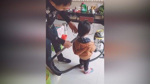 Üşengeç babanın ilginç saç toplama yöntemi