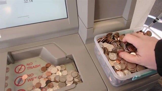 Bir kap dolusu bozuk parayı ATM'den böyle yatırdı!