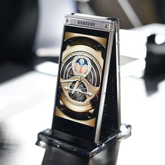 Samsung'un kapaklı akıllı telefonu W2018 resmen tanıtıldı
