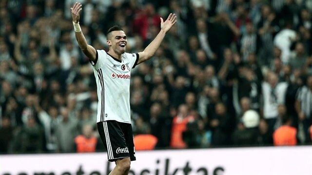 Pepe maç sonrası taraftarlara üçlü çektirdi.