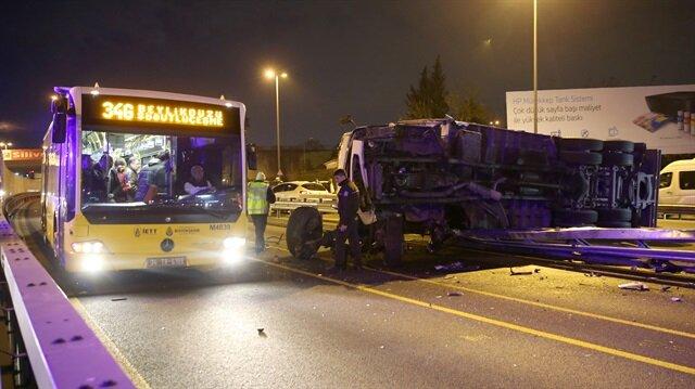 TIR metrobüs yoluna girdi: 3 yaralı