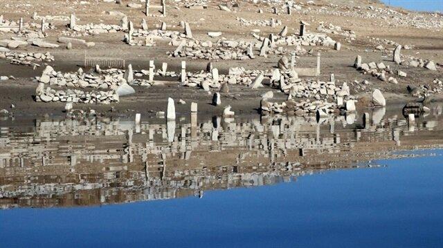 Baraj suları çekilince mezarlık ortaya çıktı.