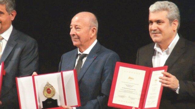 1966'da ODTÜ'den mezun olduktan sonra Clarke Araştırma Ödülü'nü de kazanan Prof. Gelenbe, bilim ödülünü İran Cumhurbaşkanı Yardımcısı Dr. Sorena Settari'nin elinden aldı.