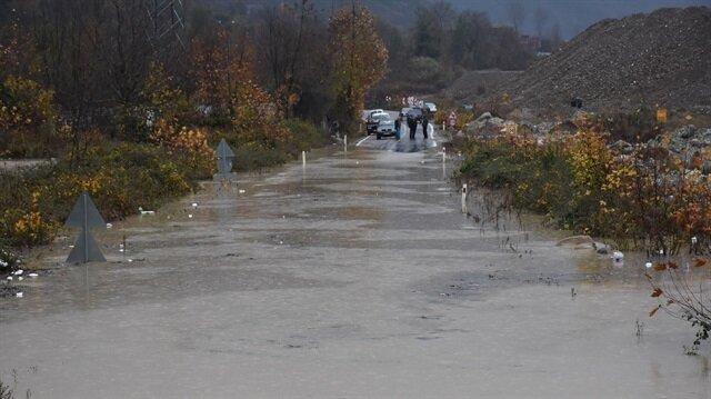 Kozcağız Barajı'ndaki suyun yükselmesi sonucu karayolu ulaşıma kapandı.