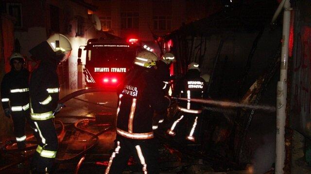 Beyoğlu'nda bir gecekondu alev alev yandı