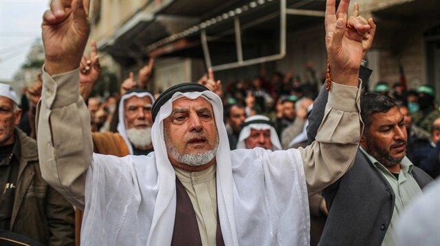 Hamas ve Fetih, Filistinlileri ABD'nin planına tepki göstererek kent merkezleri, ABD Konsoloslukları ve büyükelçilikler önünde eylem yapmaya çağırdı.