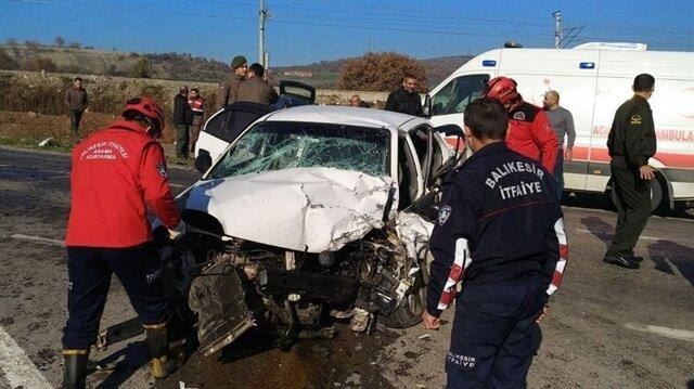 Balıkesir'de meydana gelen trafik kazası sonucunda 1 kişi hayatını kaybetti 4 kişi de yaralandı.