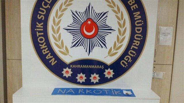 Polis ekiplerinin düzenlenen operasyonda ele geçirdikleri uyuşturucu haplar