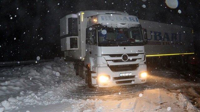 Sivas'ın Suşehri ilçesinde etkili olan kar yağışı, trafikte aksamalara neden oluyor.