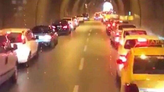 İzmir'de itfaiye aracına yol veren sürücüler, yolun sağ ve sol tarafına 'fermuar' adı verilen yol verme sistemini uyguluyor