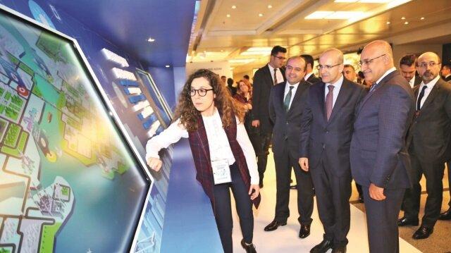 Başbakan Yardımcısı Mehmet Şimşek ve TİM Başkanı Mehmet Büyükekşi etkinlik alanındaki genç girişimcileri ziyaret ederek çalışmaları hakkında bilgi aldı.