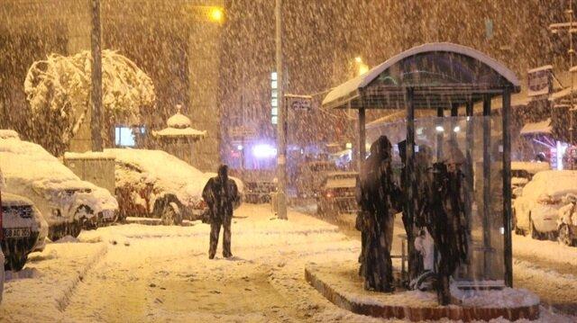 Artvin'de etkili olan yoğun kar yağışlarının ardından okullar tatil edildi.
