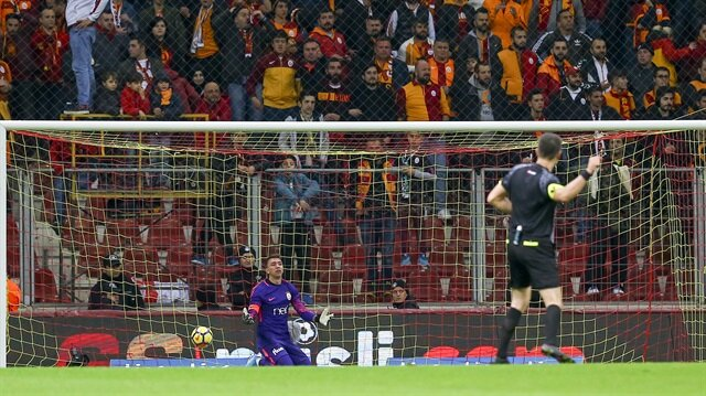 Muslera, Olcan Adın'ın attığı gol sonrası adeta yıkıldı.