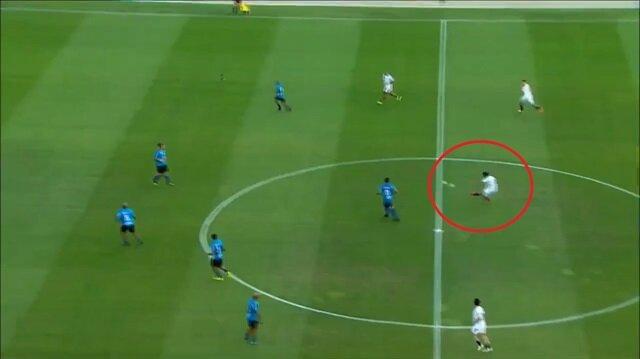 Ronaldinho kaleciyi kendi yarı alanından avladı