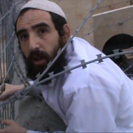 Filistin bayrağını indirmek isteyen işgalci Yahudinin küstahlığı