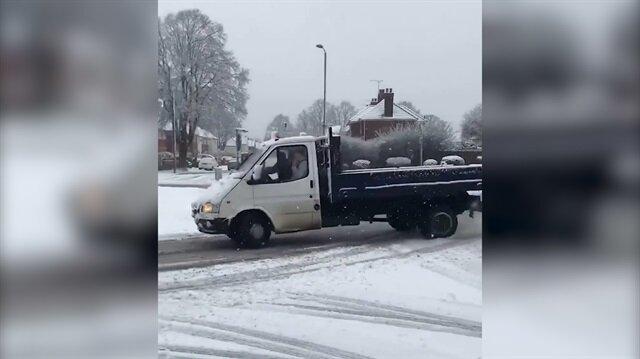 2000 model Ford Transit'le karda drift yapan sürücü