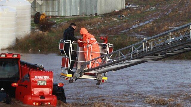 Kırklareli'nde sağanak yağışta iş makinası sel sularından böyle kurtarıldı