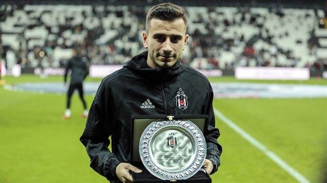 Galatasaray karşısında Beşiktaş formasıyla 200. maçına çıkan Oğuzhan Özyakup'a teşekkür plaketi takdim edildi.