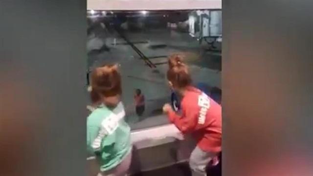 Havalimanı çalışanıyla miniklerin dans şovu