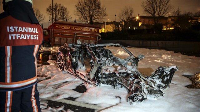 İstanbul'da feci kaza: Lüks otomobil alev alev yandı
