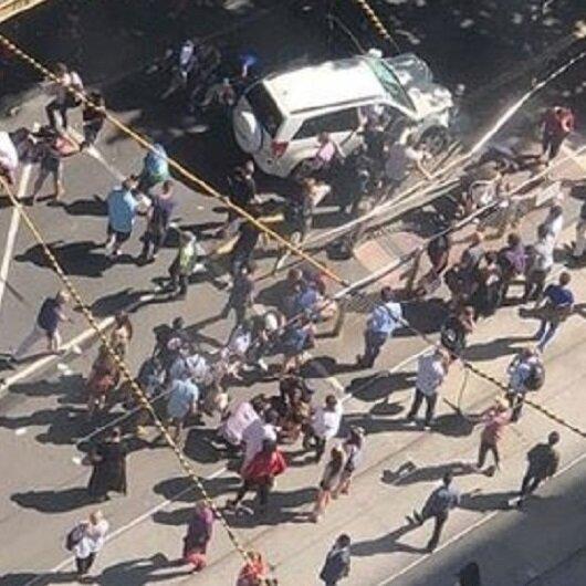 Avustralya'da araç kalabalığın arasına daldı