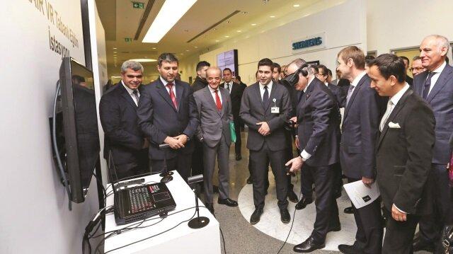 Bakan Özlü, açılış sonrasında Siemens fabrikasındaki teknolojileri inceledi.