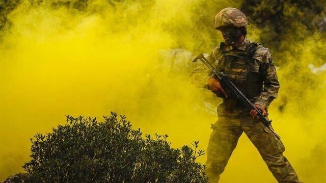 Komandolar, zorlu hava, arazi ve iklim şartlarında eğitim alıyor.