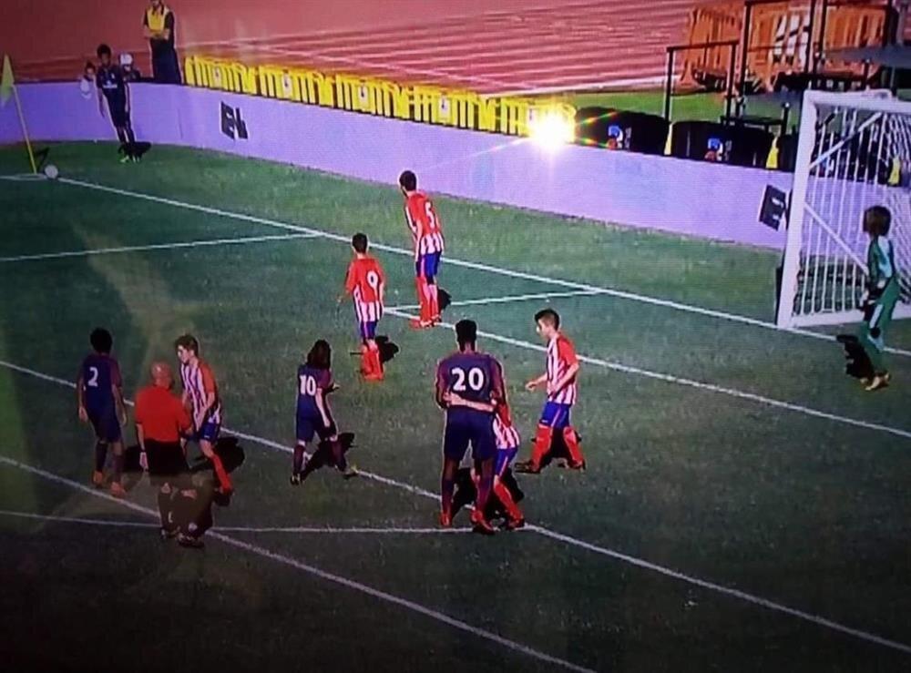 Maç içinde rakip oyuncular 1.90'lık Bitshiabu karşısında zor anlar yaşadı.