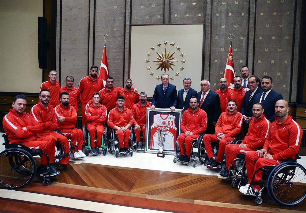 Cumhurbaşkanı Erdoğan,Tekerlekli Sandalye Basketbol A Milli Takımını Cumhurbaşkanlığı Külliyesi'nde ağırladı.
