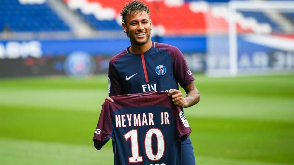 Neymar futbol tarihinin en pahalı transferi olarak tarihe geçti.