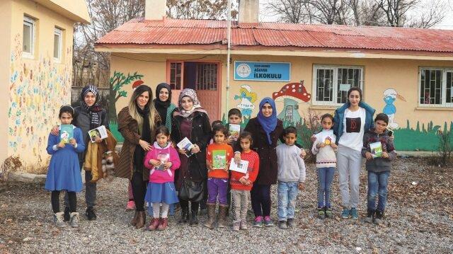 Üniversiteli kızlar, 'Kardeşimle Kitap Okuyorum' adlı proje çerçevesinde her hafta bir köy okulundaki öğrencilerle bir araya gelerek kitap okuma etkinliği gerçekleştiriyor.
