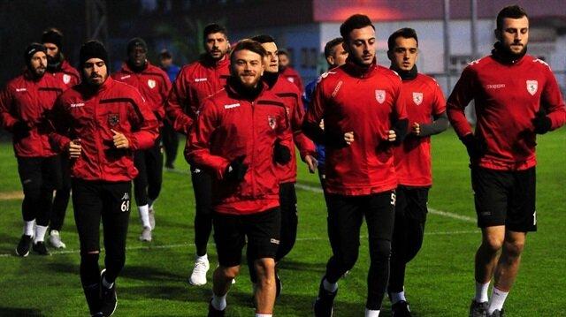 Samsunspor'da devre arası kampı başladı ancak oyuncular para alamadıkları gerekçesiyle sıkıntı yaşıyor.