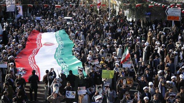 İran'da rejim karşıtı gösterilere karşın hükümet yanlıları da sokağa çıkmıştı.