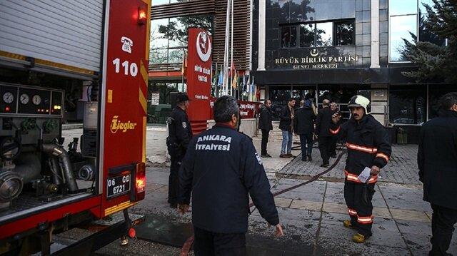 Olay yerine çok sayıda polis ve itfaiye ekibi geldi.