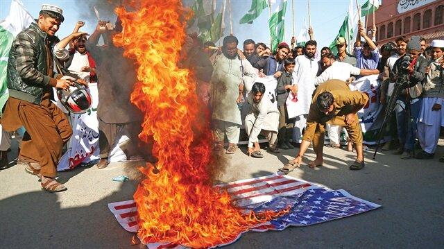 ABD Başkanı Trump, ülkesinin vekalet savaşlarına katılmayı reddeden Pakistan'ı yardımları kesmekle tehdit etti.