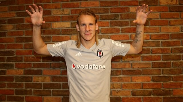 Beşiktaş'ın yeni transferi Domagoj Vida, siyah beyazlılara bedelsiz olarak imza attı.