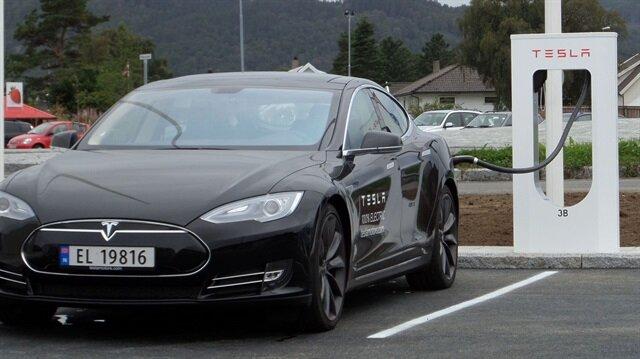 Norveç plakalı bir Tesla Model S şarj oluyor.