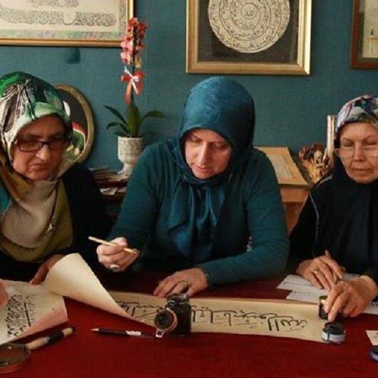 """""""أولكر"""".. تركية تجيد الخط العربي وتعلّمه"""