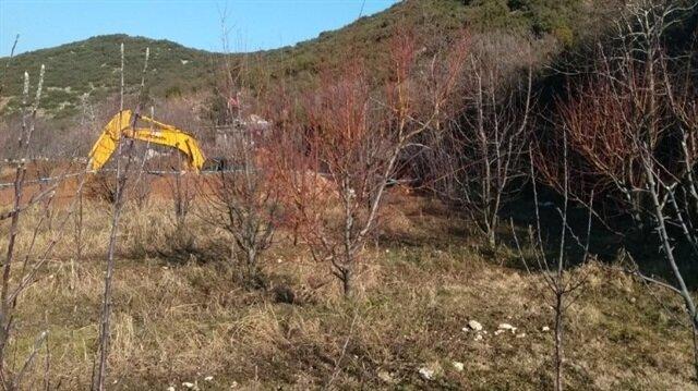 Kaçakçıların kepçe ile kazı yaptıkları tespit edildi.
