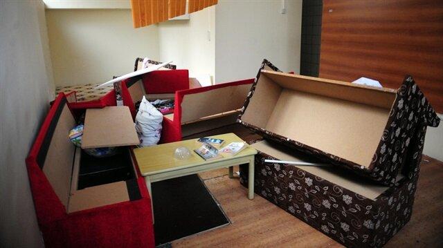 Odanın içerisinde bazı kitaplar ve kanepe ile giysilerin yer aldığı görüldü.