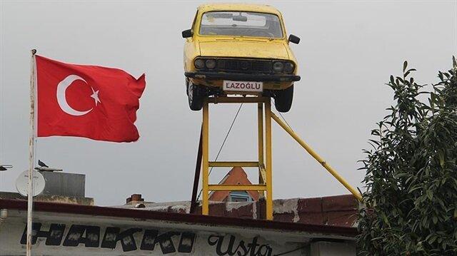 Çatıya monte edilmiş araba müşterilerin de ilgisini çekiyor.